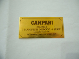 PUBBLICITà TARGHETTA IN METALLO CAMPARI I MANIFESTI D'EPOCA DAME CON UFFICIALE 1913 - Alcolici