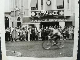 """PHARMACIE """"LEMETTRE"""" À ARGELÈS - GAZOST PYRÉNÉES FRANCE PASSAGE DU TOUR DE FRANCE PARC D UN HÔTEL EN 1961 14 PHOTOS - Argeles Gazost"""