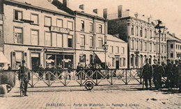 Charleroi   Porte De Waterloo Passage A Niveau Bien Animée Circulé En 1910 - Charleroi