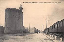 CPA AIGUES-MORTES ( Gard ) - Tour De Constance Et La Voie Ferrée - Aigues-Mortes