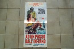 VECCHIA LOCANDINA CINEMA FILM POSTER ORIGINALE A UN PASSO DALL'INFERNO MISURA CM. 70x33 MARCA FISCALE IMPOSTA PUBBLICITA - Manifesti & Poster