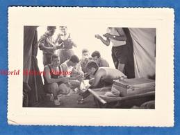 2 Photos Anciennes - Secteur DJEBEL KEBIR / BIZERTE ( Tunisie ) - Camp De Soldat Français - 1956 - Repas Tente Garçon - Guerre, Militaire