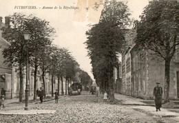 45. CPA. PITHIVIERS.  Avenue De La République. Travaux Dans La Rue, Rouleau Compresseur,  1918. - Métiers
