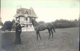 Photo Carte Homme Et Femme Tiennent Un Cheval Dans Un Jardin Grande Maison Mans - Photos
