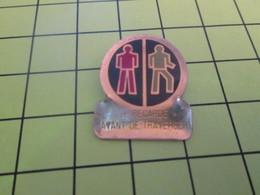 918A Pin's Pins / Beau Et Rare : THEME : AUTRES / SIGNALISATION ROUTIERE PIETONS JE REGARDE AVANT DE TRAVERSER - Badges