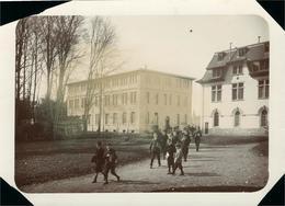 """FRIBOURG Superbe Photo Ancienne Vers 1900-1910 (18x12) Jeunes écoliers  """"derrière Le Pensionnat J. D'Arc"""" - Places"""