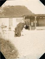 FRIBOURG ... Aux Environs De ...Superbe Photo Ancienne Vers 1900-1910  Mr L'Abbé Georges HIRN En Attente à La Gare - Places
