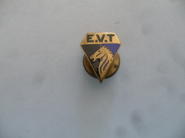 """(Sport, Ecole, Cheval, Association ?? - Insigne De Revers FRAISSE-DEMEY ...à Vis)  -  """"  E.V.T. """". ???.......voir Scans - Sports"""