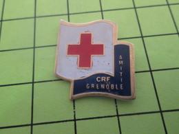 1018A Pin's Pins / Beau Et Rare : THEME : MEDICAL / GRENOBLE CROIX ROUGE FRANCAISE AMITIE - Médical