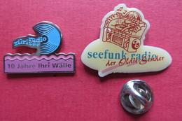 2 Pin's,RADIO,Zürisee,Seefunk Radio Oldie, Juke-box,Suisse - Medias