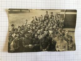 19C - Sous Officier Distribuant Le Courrier Aux Militaires Du 2ème De Ligne - Guerre, Militaire
