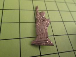 1218c Pin's Pins / Beau Et Rare : THEME : AUTRES / STATUE DE LA LIBERTE METAL JAUNE Rendez La ! - Badges