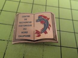 1310 Pin's Pins / Beau Et Rare : THEME : MEDIAS / LIVRE DAUPHIN CENTRE DE RECHERCHES HISTORIQUES DU NORD DAUPHINE - Medias