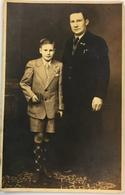 (48) Een Vader En Zoon - De Jongen In Korte Broek Met Geruite Kousen En Een Kerkboek In De Hand - Autres