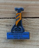 Pin's / Pins / Beau Et Rare / Thème : EDF GDF / LE CHAUFFAGE ELECTRIQUE ENTRE NOUS, IL A TELLEMENT D'AVANTAGES - EDF GDF
