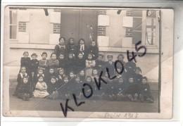 45 Photo De Classe Ecole De Jeunes Filles De Melleroy ?? Vue Prise Devant La Porte D'entrée En Février 1914 - CPA - Autres Communes