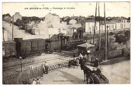 LA ROCHE SUR YON (85) - Passage à Niveau - TRAIN EN MARECHE - Ed. Vasselier, Nantes - La Roche Sur Yon