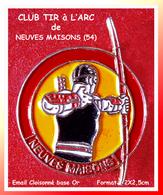 """SUPER PIN'S TIR à L'ARC : Club De """"MAISONS-NEUVES"""" En Meurthe Et Moselle émail Cloisonné Base Or, Format 2X2,5cm - Tir à L'Arc"""