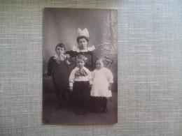 CPA PHOTO JEUNE FEMME BRETONNE COSTUME COIFFE ENFANTS - Fotografia