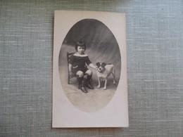 CPA PHOTO JEUNE ENFANT CHAISE PETIT CHIEN - Fotografia