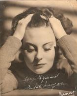 Superbe Photographie Du Studio Harcourt, Michèle Morgan Les Mains Dans Les Cheveux, Avec Dédicace, Cliché De 1947 - Gehandtekende Foto's