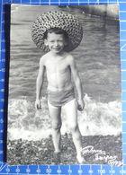 B&W Amateur Photo Smiling Boy Beach - Anonyme Personen