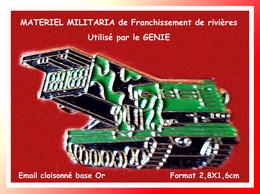 SUPER PIN'S MILITARIA : MATERIEL Du GENIE, CONSTRUCTION De PONTS MOBILES, émail Cloisonné Base Or  2,8X1,6cm - Army