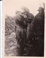 Foto Deutsche Soldaten Bei Besprechung - 2. WK - 8*5,5cm  (42526) - Krieg, Militär