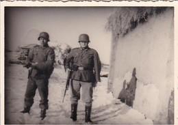 Foto 2 Deutsche Soldaten Mit Stahlhelmen Und Gewehren - Winter Osteuropa - 2. WK - 8*5,5cm  (42527) - Krieg, Militär