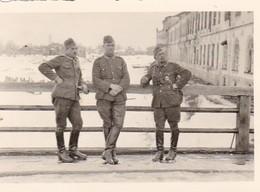 Foto 3 Deutsche Soldaten An Zugefrorenem Fluss/See - Fernglas Abzeichen Winter - 2. WK - 8*5,5cm  (42528) - Krieg, Militär