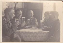 Foto Deutsche Soldaten Mit Biergläsern In Gasthaus - 2. WK - 8*5,5cm  (42532) - Krieg, Militär