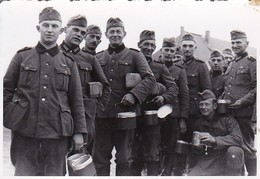 Foto Deutsche Soldaten Beim Essenfassen - Essgeschirr - 2. WK - 9,5*6,5cm  (42533) - Krieg, Militär