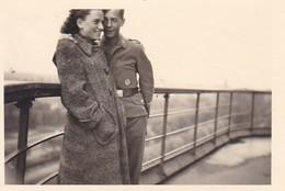 Foto Deutscher Soldat Mit Dame In Wintermantel - Gruga - 1941 - 8*5cm  (42534) - Krieg, Militär