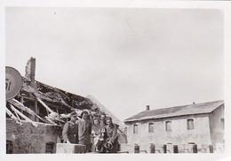 Foto Deutsche Soldaten Mit Zivilisten - Zerstörtes Haus - 2. WK - 8,5*5,5cm  (42535) - Krieg, Militär