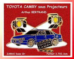 SUPER PIN'S TOYOTA-Arthus BERTRAND Paris : La TOYOTA CAMRY, L'EXCELLENCE Sous Les Projecteurs, Zamac Or, 3,7X2,3cm - Toyota