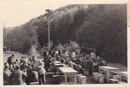 Foto Deutsche Soldaten Und Zivilisten Bei Maifest - 2. WK - 8,5*5,5cm  (42539) - Krieg, Militär