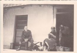 Foto Deutscher Soldat Mit Bauern Vor Bauernhaus - 2. WK - 8*5,5cm  (42540) - Krieg, Militär