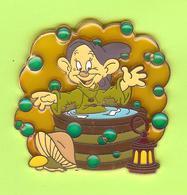 Gros Pin's Disney Simplet Prend Un Bain (Champignon Lanterne) ÉL250 RARE - #442 - Disney