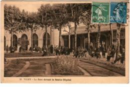 4SO 342. VICHY - LE PARC DEVANT LA SOURCE HOPITAL - Vichy