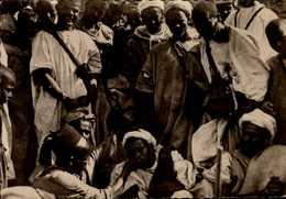MAROC....UN GUERISSEUR DU SAHARA ADMINISTRE UN MEDICAMENT.......CPSM GRAND FORMAT ANIMEE - Maroc
