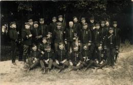 CARTE PHOTO GROUPE DE SOLDATS AVEC DIFFERENTS NUMEROS DE REGIMENTS - Militaria