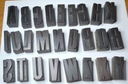 02 - VECCHI CARATTERI TIPOGRAFICI IN LEGNO - LOTTO DI 33 LETTERE E PUNTEGGIATURA - CORPO Mm.  45 NORMALE - Tools