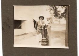 Congo Belge C.1927 Maneken Pis Pte. Photo…collée Sur Carton  Casque Colonial - Personalidades Famosas