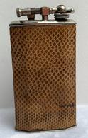 Ancien Briquet De Table à Essence—Marque Rustic—Métal Et Cuir—Dans Son Jus—Années 10/18 - Accendini