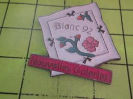 313c Pins Pin's / Rare & Belle Qualité THEME MARQUES / NOUVELLES GALERIES LE BLANC 92 MOUCHOIR BRODé - Trademarks