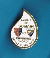 1 PIN'S  //   ** AMICALE DE SOMAIN / ET ENVIRONS NORD / OFFREZ VOTRE SANG ** - Médical