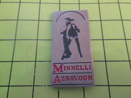 415c Pins Pin's / Rare & Belle Qualité THEME MUSIQUE / CHARLES AZNAVOUR ET LIZA MINELLI Pas Le Marchand De Chaussures - Music