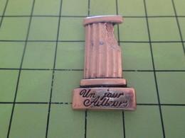 811F Pins Pin's / Rare & Belle Qualité THEME PARFUMS / COLONNE ANTIQUE PARFUM UN JOUR AILLEURS Tout Métal Jaune - Parfums