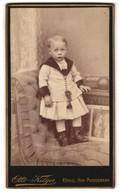 Fotografie Otto Kilger, Coblenz, Portrait Kleines Mädchen In Hübscher Kleidung Auf Sessel Stehend - Personnes Anonymes