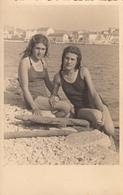 2 Girls In Swimmsuit Touching Beach Scene Lesbian Int Real Photo Postcard 20s - Fotografia